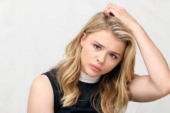 Chloe-Grace-Moretz-Thinking-Scratching-Head-Wallpaper-HD