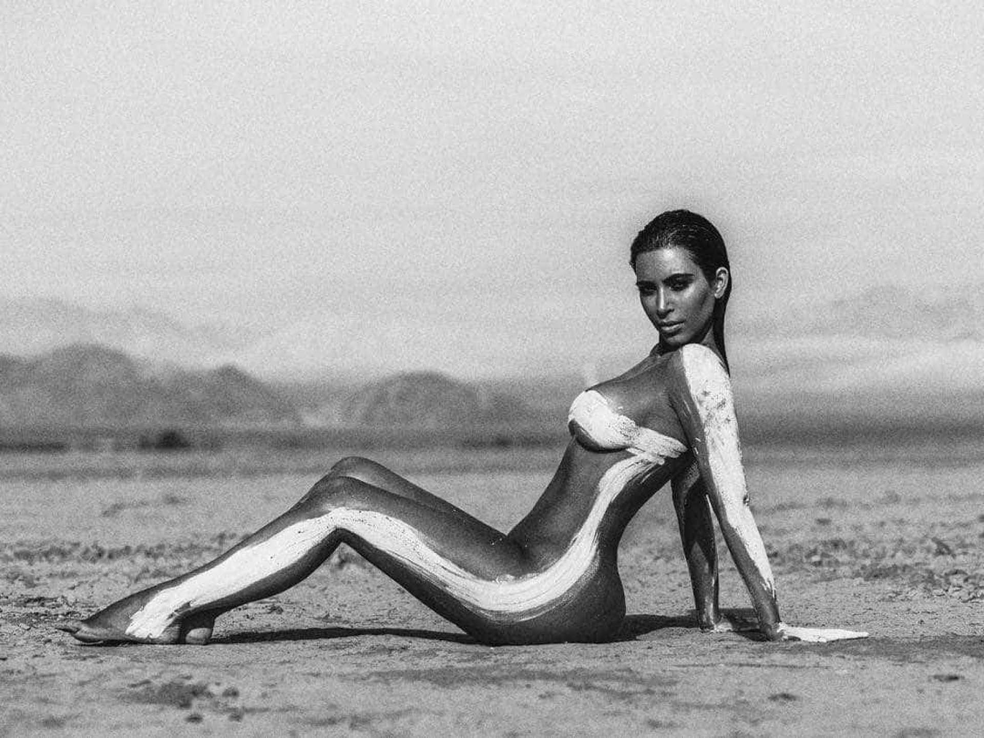 Kim Kardashian Desert photoshoot naked